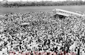 300 Alburians turn up to un-bog the Uiver 25Oct1934 (Photo: AlburyUiver.com)